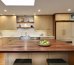 кухонный гарнитур с отдельным столом под