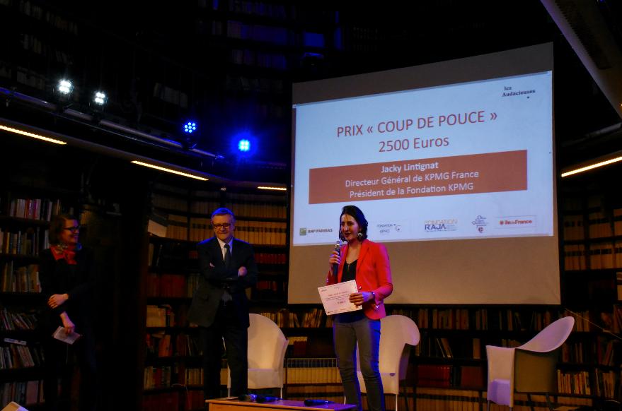Photo présentant Audrey à la réception du prix KPMG