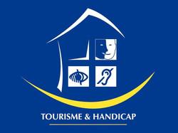 Logo tourisme et handicap sur fond bleu avec pictogramme handicap