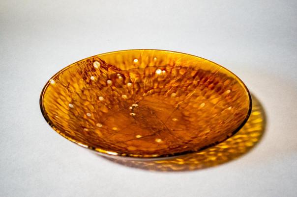 既製のガラス皿に透漆を塗りました。器の凹凸に漆が溜まり、濃淡が味わいとなっています。
