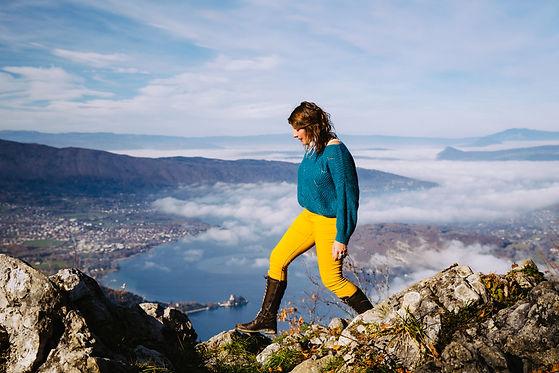 Isabelle Gilbert marche dans la montagne