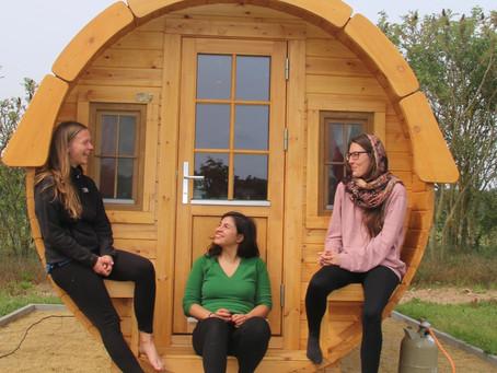 Erste Gäste im Campingfass