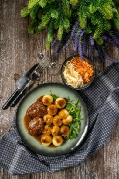 varkenswangen met groenten en gebakken aardappelen