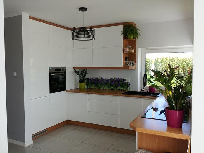 Fronty lakierowane, naturalne kwiaty i krokusy na szkle.