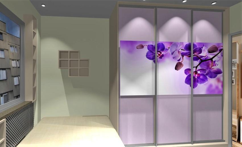 Sypialnia w bloku na małym metrażu. Łóżko przylegające do szafy z ekspozycją szklaną: foto, Storczyk