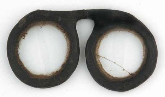 Óculos em couro, do século XVI, exposto no Museu dos Vidros, em Morez, na França. Fonte: https://ppsguillaumec.wordpress.com