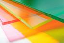 Como são fabricados os vidros coloridos?