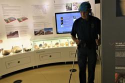 10. Ing. Hala prohlíží expozici muzea