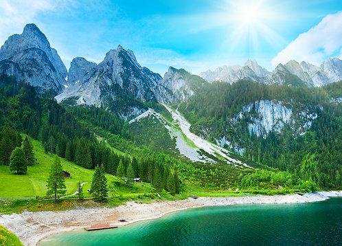 Озеро возле снежных гор