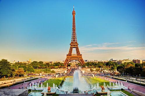 Эйфелева башня, видная из фонтана в Jardins du Trocadero в солнечный летний день