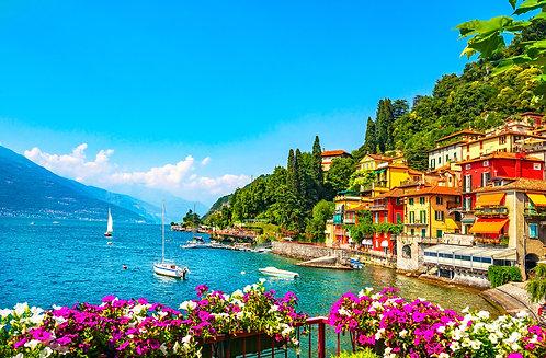 Город Варенна в озерном районе Комо. Итальянская традиционная озерная деревня. И