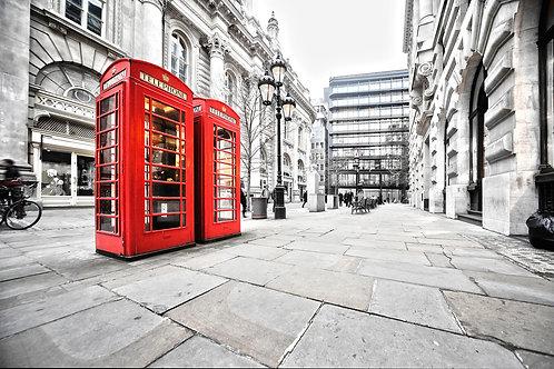 Две красные телефонные будки