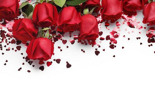 Красные розы и украшения формы сердца на белом фоне