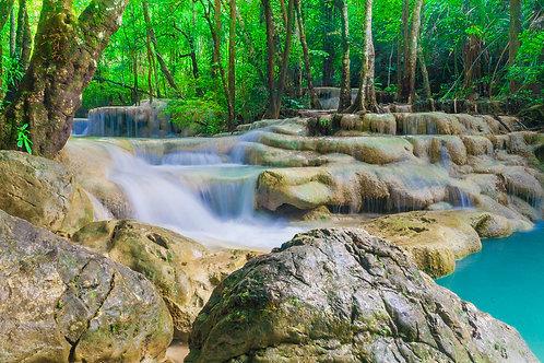 Глубокий лесной водопад