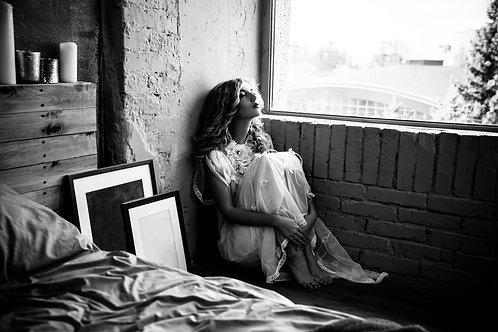 Красивая белокурая женщина в спальне со свечами