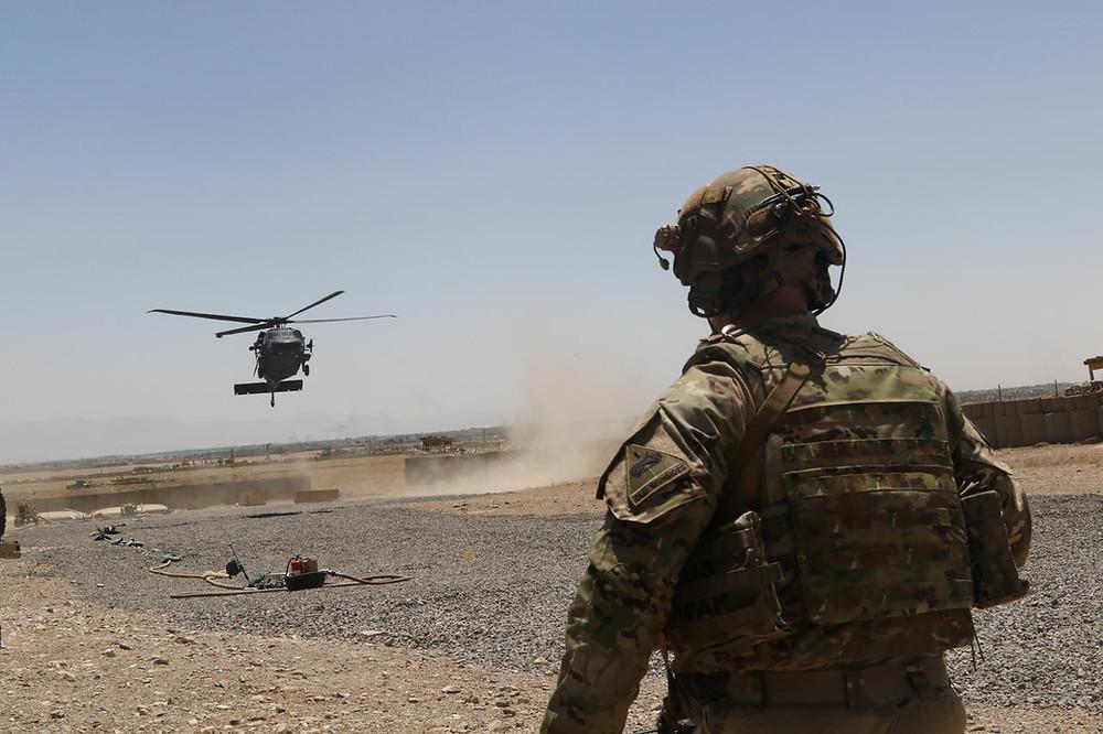 soldat hélicoptère désert