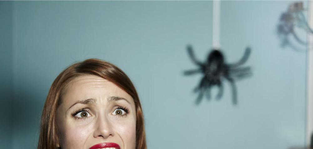 femme ayant peur d'une araignée