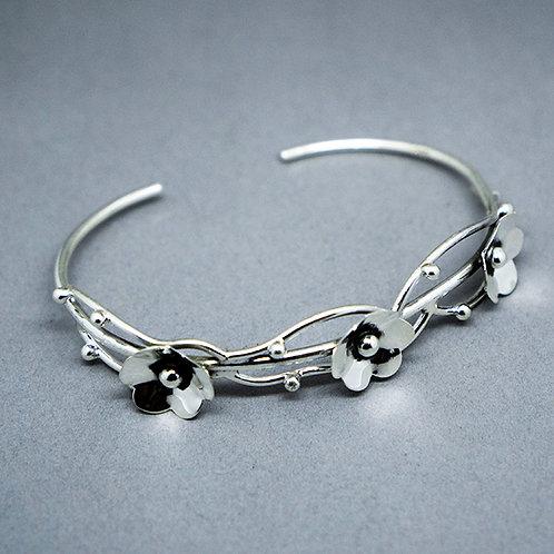 Wire bracelet with 3 flowers