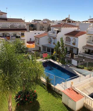 Foto vanuit klein terras - Zwembad en tuin