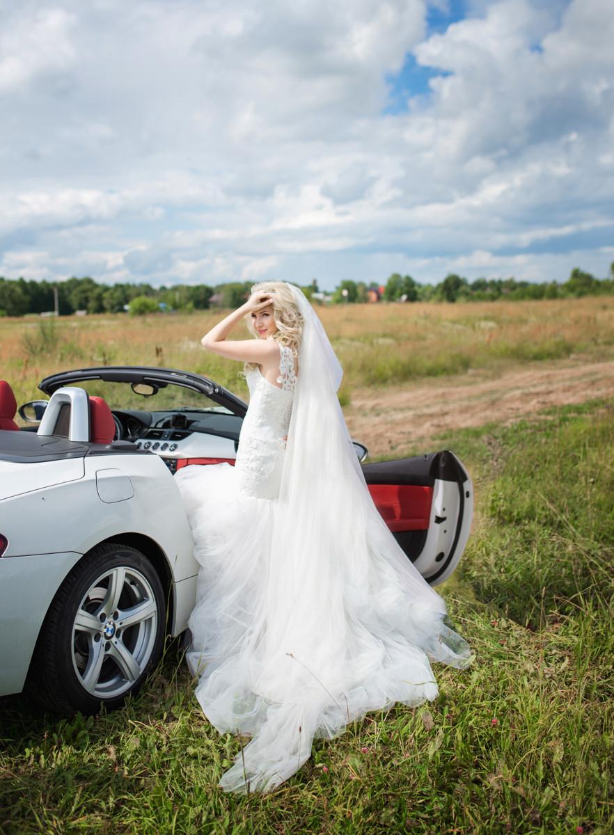 невеста с шикарным автомобилем