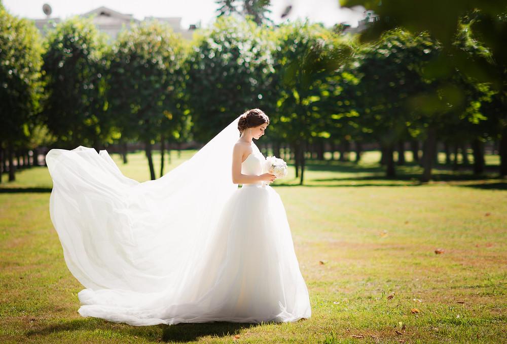 Красивая невеста в парке