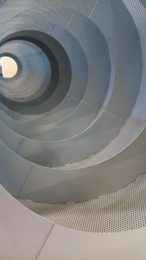 vista interna di tamburo rotante per lavaggio metalli a spirale