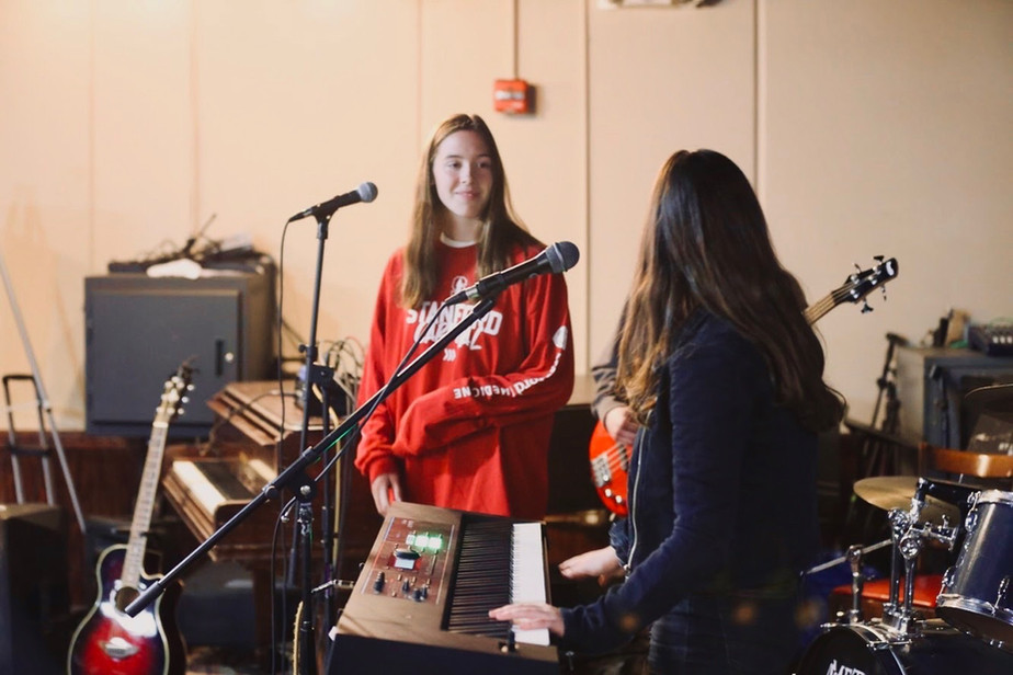 julia and maddy performing at the stanford coffee house