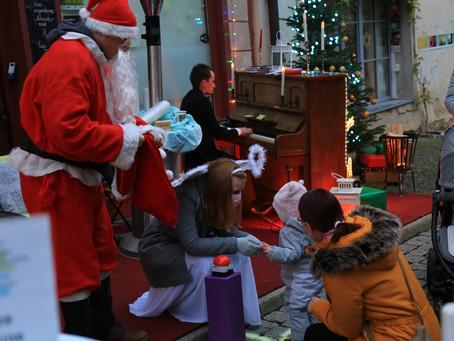 Kinder wecken den Weihnachtsmann