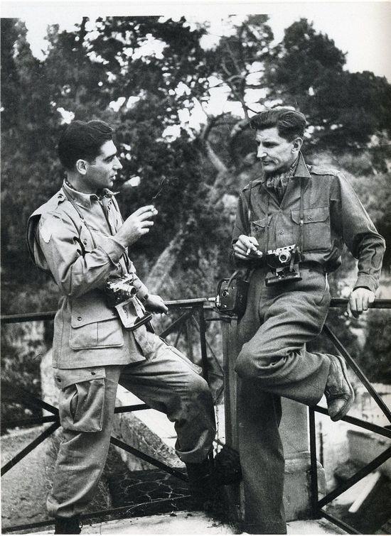 Robert Capa e George Rodger a Napoli, 1943. Capa a sinistra ha al collo una Contax II. George Rodger, sulla destra, una Leica IIIb.