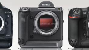 La Fujifilm GFX 100  ha le stesse dimensioni delle reflex digitali Canon e Nikon?