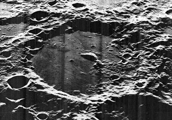 Immagine del cratere lunare Von Kármán
