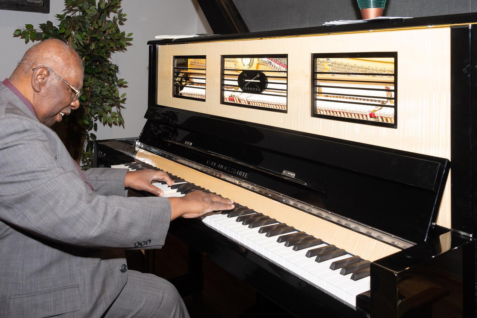 Oliver sur le piano de pratique Esmond-White
