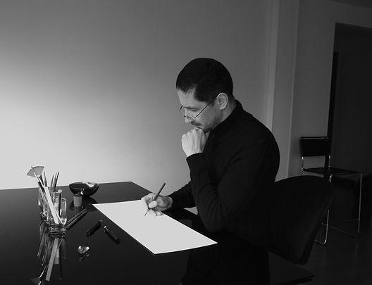 Miguel moyano dibujando en su estudio