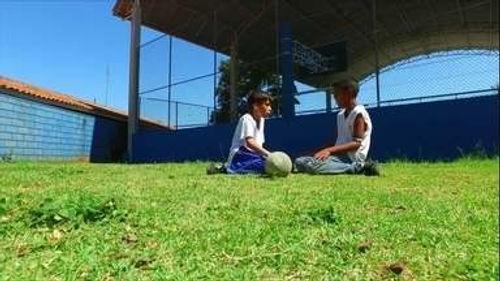 esporte garotos na grama.jpg