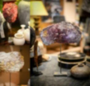oeuvre d'ar représentation de la pierrescouleur pourpre et incrustation d'or et de matériaux précieux sur un statif dans une maison décorée objet décoration