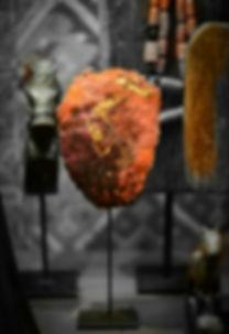 superbe couleur rouge vif  d'une sculpture contemporaine et abstraite entourée d'objet d'art et antiquité