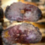 Photo des pierres de rêve d'anany artiste avec la signaure gravée dans la matière , art contemporain et abstrait artiste,couleur rouge focé et violet avec des objets