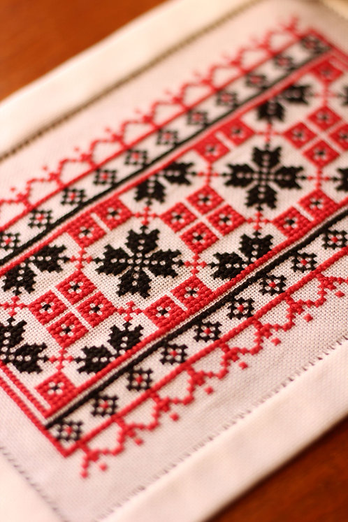 Whlsl Ukrainian Crisscross Table Runner RED or BLUE Kit or Pattern