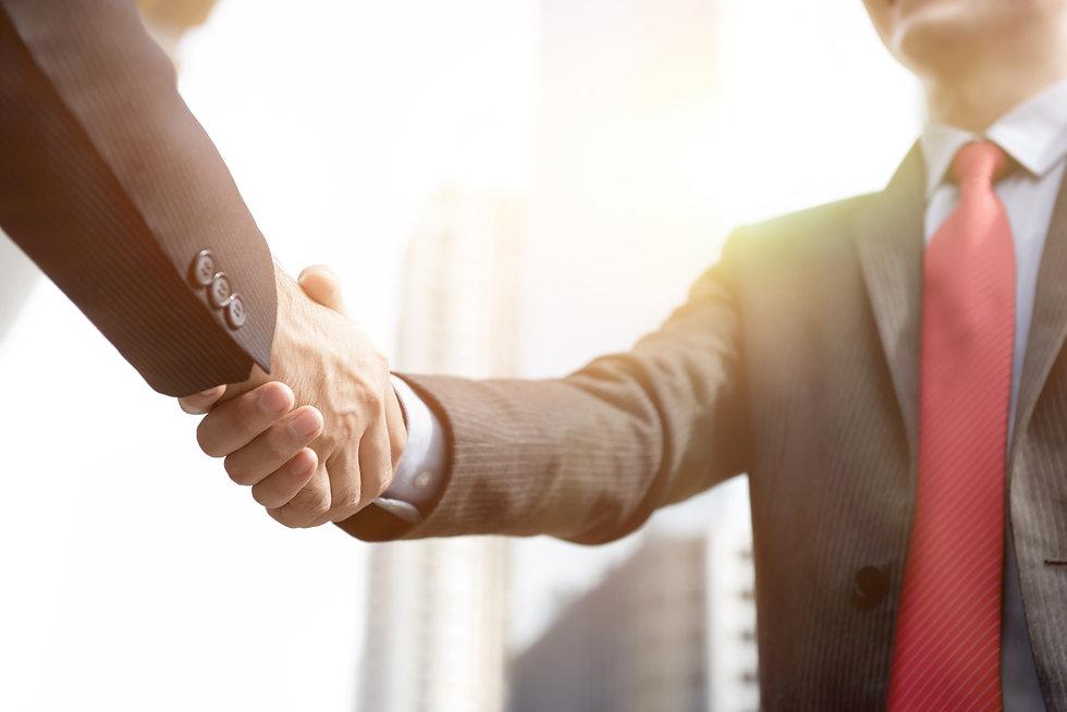 businessmen-making-handshake-greeting-de