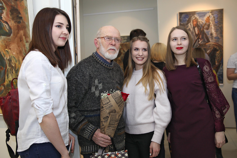 Юрий Григорьев со зрителями галереи