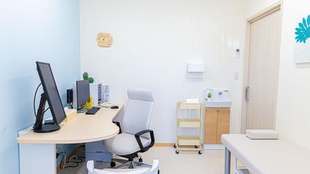 よこすか内科小児科はるこレディースクリニック 発熱外来診察室