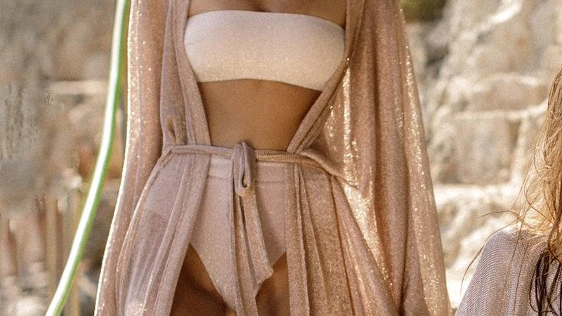 Cover Up de Playa - Dorado Brillante abierto de frente amarrado a la cintura