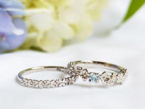 アイスブルーダイヤモンドを留めた紫陽花ソリティアとペアリング