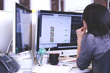 Mulher observa tela do computador