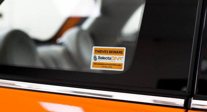 Etykieta ostrzegawcza na szyby samochodu
