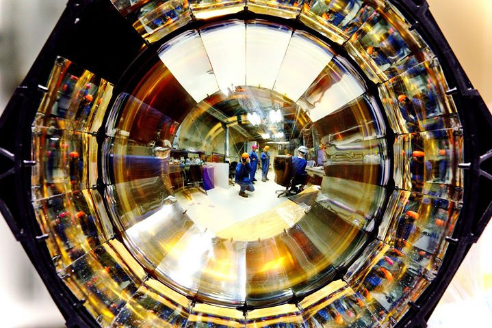 Photo Multiplier Tube.jpg Neutrinos can'