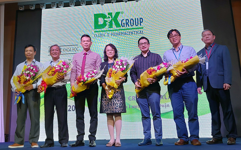 成大基因體醫學中心主任孫孝芳教授與越南DUY KHANG CLINIC(DKC)集團總裁和其他演講者於母胎醫學研討會上合影。照片由左至右:Dr. Bui Vo Minh Hoang (胡志明市醫藥大學)、Dr. Phung Nhu Toan (DKC分子醫學中心主任)、Dr. Bui Chi Thuong (胡志明市醫藥大學暨Tu Do Hospital)、Dr. 孫孝芳 (成功大學基因體醫學中心主任)、Dr. Tran Nhat Thang (胡志明醫藥大學附設醫院)、Dr. Nguyen Van Thong (胡志明市HUNG VUONG Hospital)、Mr. Do Huu Duy (DKC集團總裁)。