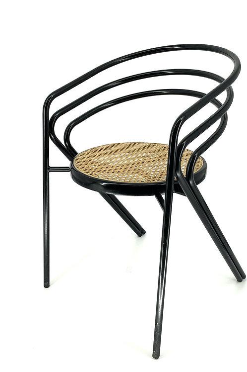 Rotan stoel met zwarte stalen poten