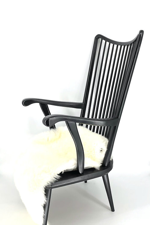 Zwarte houten stoel met bontje