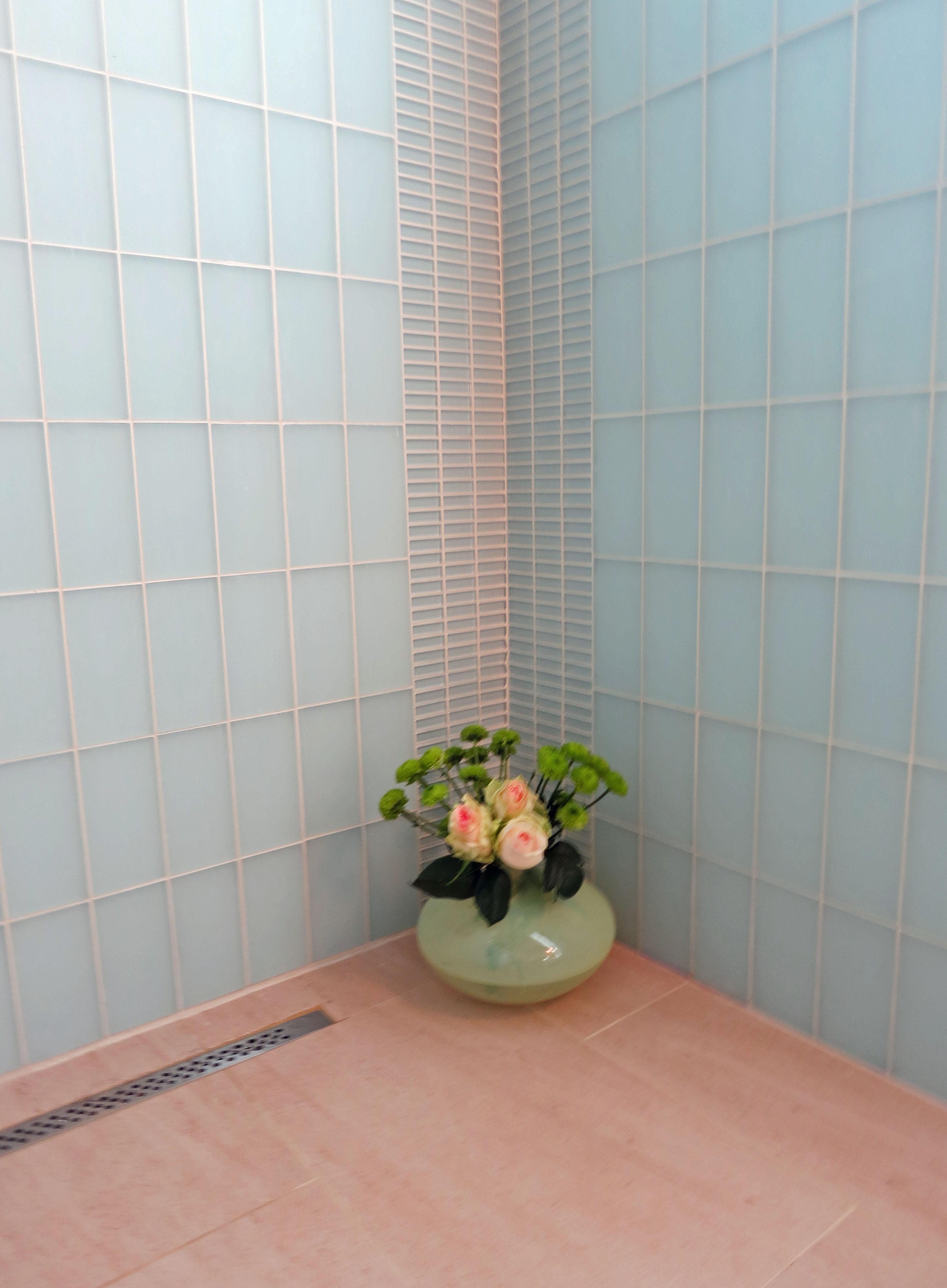 Compact Contemporary Master Bathroom